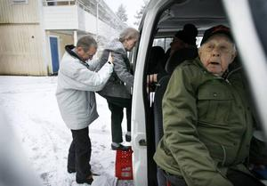 Ingrid Olsson är blind och därför får hon hjälp in i bussen när hon ska till Ica och handla.