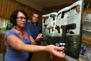 Upprörda. Susanne och Leif Nykvist är upprörda av reklambladet som säljer luftpistoler och soft air gun–vapen.