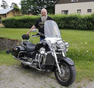 Ulf Hansson kör motorcykel även under vintermånaderna. Han har som mål att köra minst 10 mil i månad året runt.