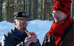 Eli Lennart Johansson spelade en låt på sin flöjt när forkörarna drog från byn. Här tillsammans med Alf Tangnäs.FOTO:LEIF OLSSON