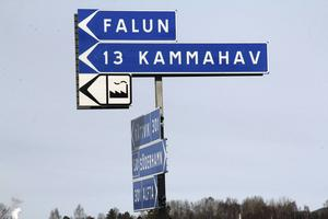 Falu-skylten har kommit på plats. Det som saknas är hur många kilometer det är mellan Edsbyn och Falun. Men det är kanske mindre viktigt.