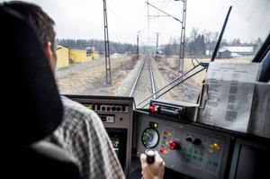 Varje år dör eller skadas cirka 100 personer efter olyckor och självmord längs järnvägen.