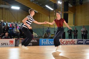 En och en halv minut imördande tempo och ivrigt fotarbete. Oscar Ågren och Sofia Ärleskog orkadehålla energin och fick högsta betyg av domarna.
