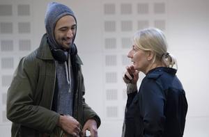 Hamadi Khemiri och Lotta Tejle, som spelar Hamlets mamma Gertrud, småpratar innan det är dags att slå sig ner över manuset.