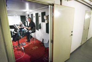 Med Östersunds kommuns satsning på trappstegsboendet Björkebo fångar man upp hemlösa och erbjuder ett varaktigare alternativ som leder bort från akutboendet. I går firade man femårsjubileum med öppet hus och Sture Sjödin och Patrik Sunding underhöll med gitarrspel i musikrummet.