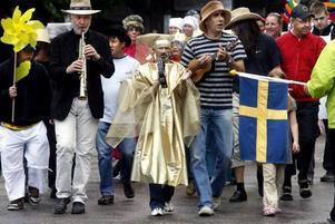 Så här såg det ut när förra sommarens Drömfest inleddes med det traditionella karnevalståget. Bertil Fält på klarinett, Kent Wahlström och Kråkan Ågren gick i täten.