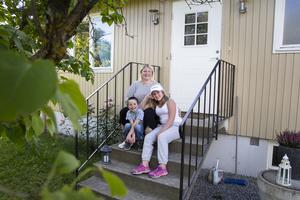 I bland får jag nypa mig i armen, säger Hanna Tranevall när hon ser hur bra hon och barnen Pelle och Leija har fått det i Arbrå.