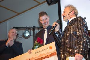 Rimbo HK:s Jeff Tollbring (mitten) tog emot priset av Tommy Söderberg (vänster). Till höger galans konferencier Robert Sjöblom.