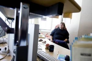 Koll på läget. Från driftcentralen styr och övervakar en person ensam hela värmeanläggningen. Örjan Engström håller koll på datorskärmarna.