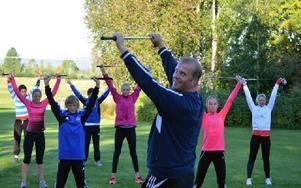 Mats Nilsson från Sunne kör uppvärmningsövningar med ett gäng ungdomar från Team dalarna på träningsläger på Dalsjö. Foto: Peo Karlström
