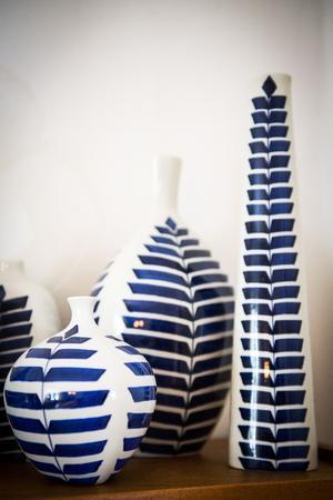 Yvonne gillar att gruppera föremålen som här med serien Indigo från Gustavsberg.