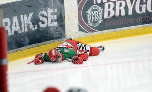 Det såg riktigt otäckt ut ett tag när Lukas Bengtsson låg helt orörlig på isen.