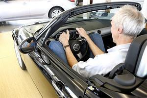 Drömbil men ingen drömsits. Sten Feldreich har det trångt i Mazda Miata.