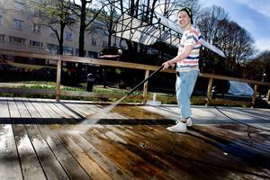 TAR NYA TAG. Platschefen Preben Johansson spolar trädäcket på uteserveringen Tant Grön inför säsongsöppningen på 1 maj. Efter konkurshotet kan han satsa på nytt.