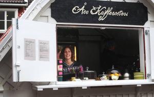 Eva Gefvert Nordell, Åre kafferosteri, är lika glad som vanligt trots det hopplösa vädret.