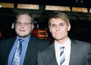 """FICK AKTIEKAPITAL. Johan Berg, 24 år, och Jacob Jansson, 18 år, från Sandviken belönades i går med 100 000 kronor i aktiekapital i ett eget aktiebolag av Ungab. Johans Bergs idé är att göra snabba hemsidor medan Jacob Jansson vill starta en reklambyrå. """"Det här är min framtid, nu har jag fått en chans att förverkliga en dröm"""", säger Johan Berg, som studerar internetteknologi på Högskolan i Gävle."""