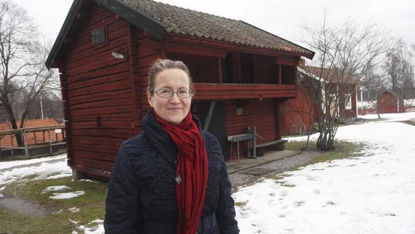 Malin Andersson framför några av husen som står i riskzonen.