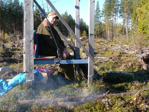 Olle Lindgren från Finnbacka har jagat i 52 år. Här sitter han på pass vid Gravsjön, men ingen älg blev nedlagd. Den här gången.