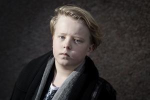 Rasmus mamma brukar säga att han har ett hett temperament ibland. Men i dag kan hon och hela Kumla glädjas åt att Rasmus också har ett hjärta av guld. Först såg han till att den skadade damen fick hjälp, efteråt tvättade han till och med trottoaren.