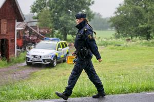 Polisen har spärrat av hela fastigheten och gården strax utanför Kumla.