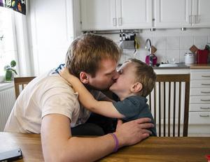 Pappa Mattias får en puss av Vincent.