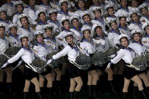 Kvinnliga trumslagare marscherar för den nuvarande ledaren Kim Jong-Un.