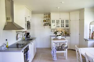 Och så här ser köket ut nu, med nytt brädgolv och trä på väggarna.