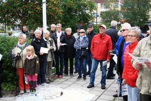 Drygt 60 personer var med och lyssnade under den lilla invigningsceremonin med bandklippning utanför biblioteket.
