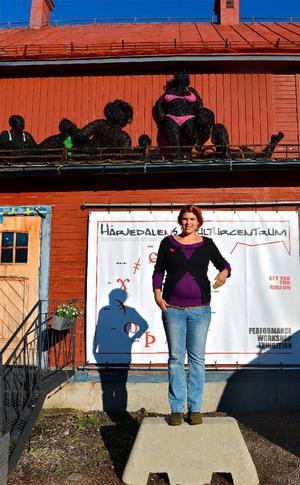 Den tjeckiska skulptrisen Veronika Psotková visar två magnifika verk i Lillhärdal under två månader. Bikiniklubben visas utomhus på Härjedalens kulturcentrums tak.