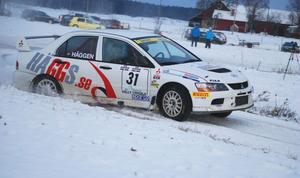Niklas Hägg i full fart på fjärdesträckan i Rally Uppsala. Han höll andra plats i klassen Otrimmat fyrhjulsdrivet när han slog i en sten på den sjätte sträckan och sedermera tvingades bryta.FOTO: KURT ELIASSON