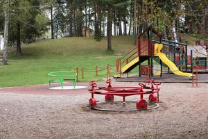 Flera lekparker ska få ny utrustning i år. Bland annat ska ett 7,2 meter högt klätternät sättas upp i Karlbergsparken.