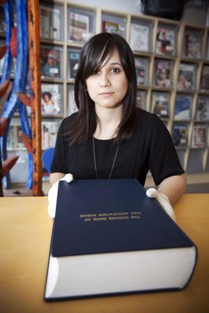 "Meriç Algün Ringborg med verket""The Concise Book of Visa Application Forms""."