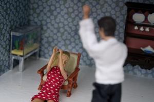 Mäns våld mot kvinnor ökar i kriser, skriver debattörerna.