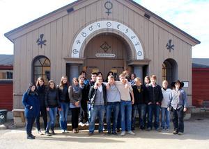 Gruvbesök. De tyska utbytesstudenterna utanför Falu koppargruva.