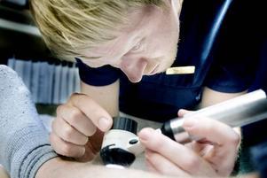 LETAR TECKEN. Hudläkaren Mattias Karlqvist studerar ett födelsemärke med förstoringsglas. Han gjorde omkring 40 tiominutersundersökningar i går. Löpandebandkontrollen av hudfläckar på Gävle sjukhus hudklinik var en del av den europeiska Euromelanoma Day, som har syftet att förebygga och tidigt upptäcka hudcancer.