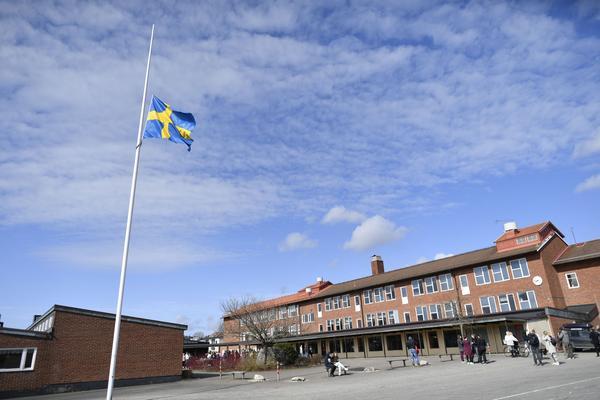 Flaggan på halv stång vid Ängskolan i Skene på där de tre omkomna elever gick.