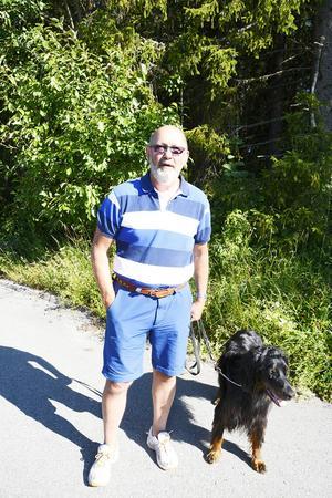Mats Blom har sin hund kopplad när han går ut med den. Det gjorde han även innan älgarna började dyka upp i området.