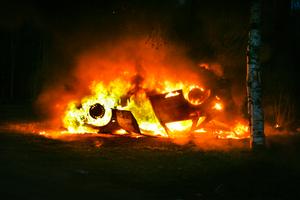 Närboende vaknade av en hög smäll och upptäckte att en bil brann.