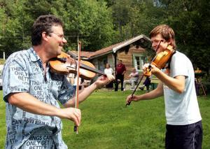 Far och son spelar tillsammans. Per Jernberg och Andreas Jernberg tillhör en släkt med många spelemän.