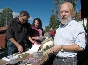 Hans Malmsten från Falun är ordförande i Hans Lidmansällskapet. Han och andra sålde Hans Lidmanböcker i samband med invigningen.