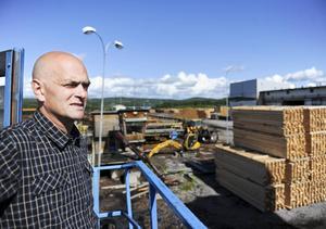 Vd Ingemar Lundin blickar ut över sågverksområdet.