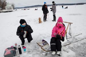 Värmande. Lisa Knus får varm choklad av mamma Katarina Knus. Det gällde att hålla sig varm när Nora Gyttorp fiskeklubb ordnade tävling för de allra yngsta inom det årligt återkommande Norarycket.