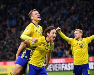 Sveriges Viktor Claesson, Gustav Svensson och Emil Forsberg jublar efter slutsignalen i måndagens VM-kval mot Italien. Foto: Jonas Ekströmer/TT.