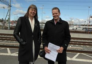 Stina Bergström (MP och Göran Hådén (MP) vill förkorta resetiden med tåg mellan Sundsvall och Härnösand.