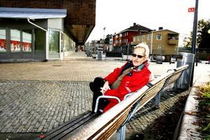 """SPANAR IN DET NYA. Kurt Röidh sitter på en bänk på Teaterplan och kollar in bygget av nya centrum. Han konstaterar att det är stora förändringar på gång. """"Bort med gamla Hofors och in med nya""""."""