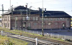 Den här tegelbyggnaden, från slutet av 1800-talet, vill Trafikverket riva. Det vill inte kommunen som har framtidsplaner för fastigheten.