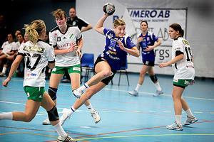 Handboll, IVH Västerås-Rimbo HK i Bombardier Arena i Västerås. Lisa Brandberg stegar sig igenom Rimboförsvaret.