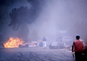 Kraschen.  Ronnie Petersons Lotus har fattat eld i startkraschen på Monza 1978.