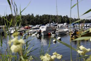 Hamn på populära Sandhamn, här är det oftast trångt soliga sommardagar.