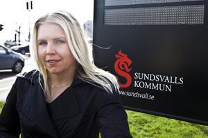 Madeleine Blom på gatukontoret jobbar för att Sundsvall ska bli en cykelvänligare stad. Vid Kulturmagasinet står cykelbarometern som mäter hur många cyklister som passerar varje dygn.